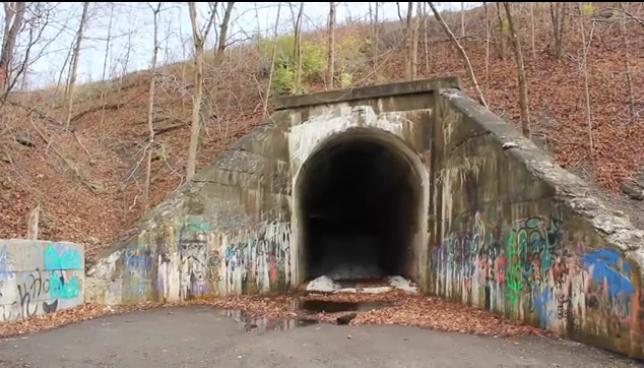 Il tunnel stregato di Charlie-no-face, ovvero la storia dell'Uomo verde
